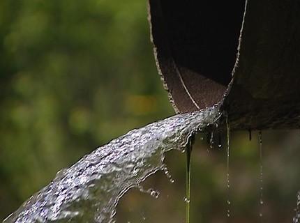 В Красноярске из сточных труб в Енисей без очистки сливаются дренажные и дождевые воды