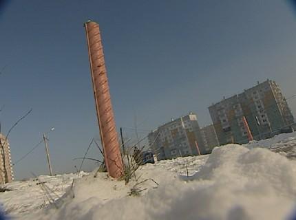 Возле 153-й школы Красноярска в Покровке на тротуаре появились куски арматуры