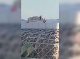 Бригада строителей устроила катание по пологой крыше Ледовой арены на улице Партизана Железняка