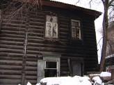 В районе улицы Марковского загорелся старый деревянный дом