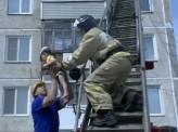 Двое маленьких мальчиков собирались выйти на улицу из окна пятого этажа
